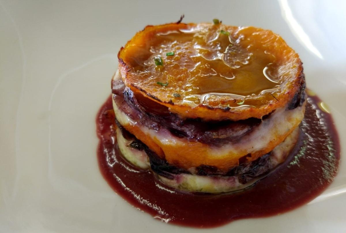 Millefoglie di zucca con radicchio rosso, ricotta e salsa di carote viola